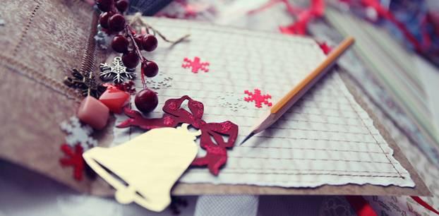 Weihnachtskarte selber machen - kreative Ideen zum Nachmachen: weihnachtliche Karte mit Glocke, darauf liegt ein Bleistift