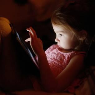 Gefahren im Internet: Kind mit Tablet
