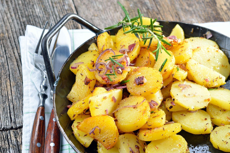 Bratkartoffeln zubereiten: Bratkartoffeln in der Pfanne