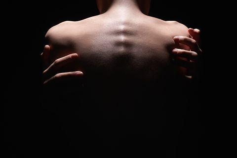 Tantra: Eine Frau schließt sich selbst in die Arme