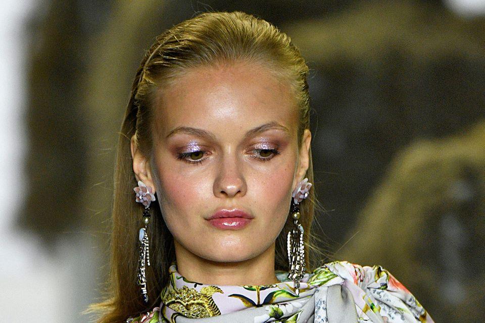 Fairy Dust: Model mit glitzerndem Augen-Make-Up