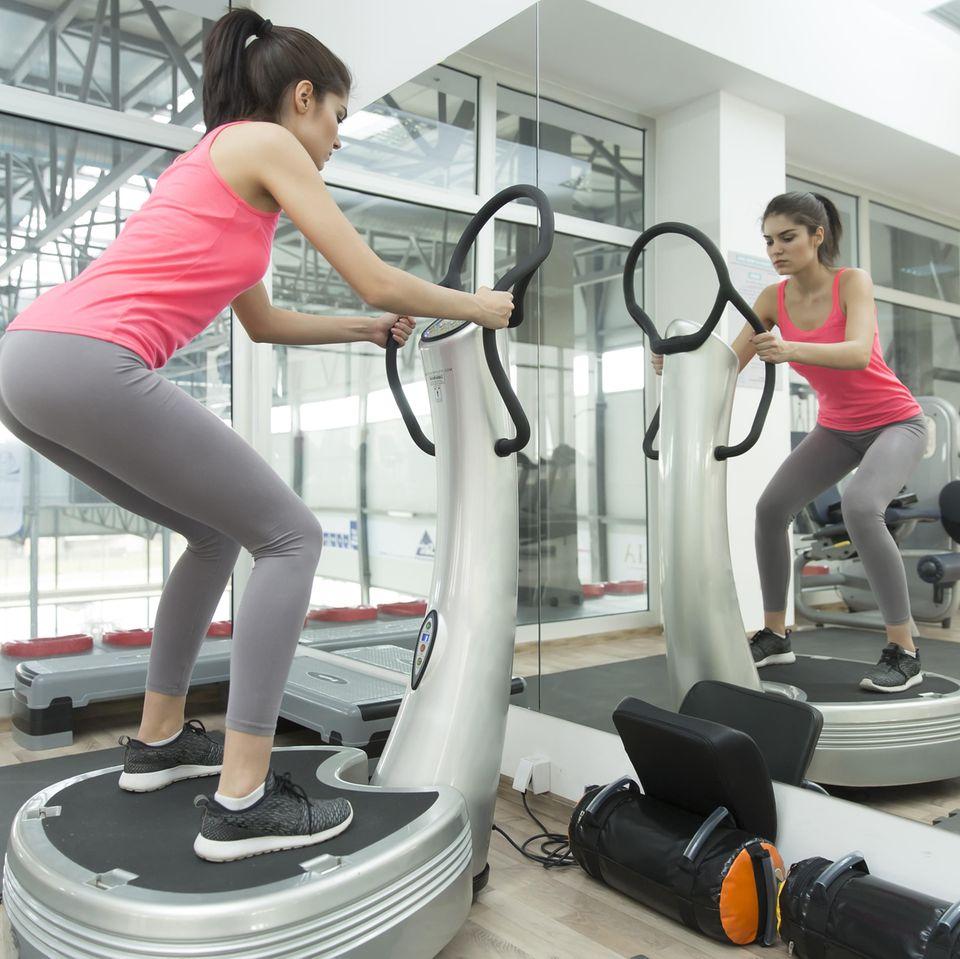 Power-Plate: Frau trainiert mit Power-Plate