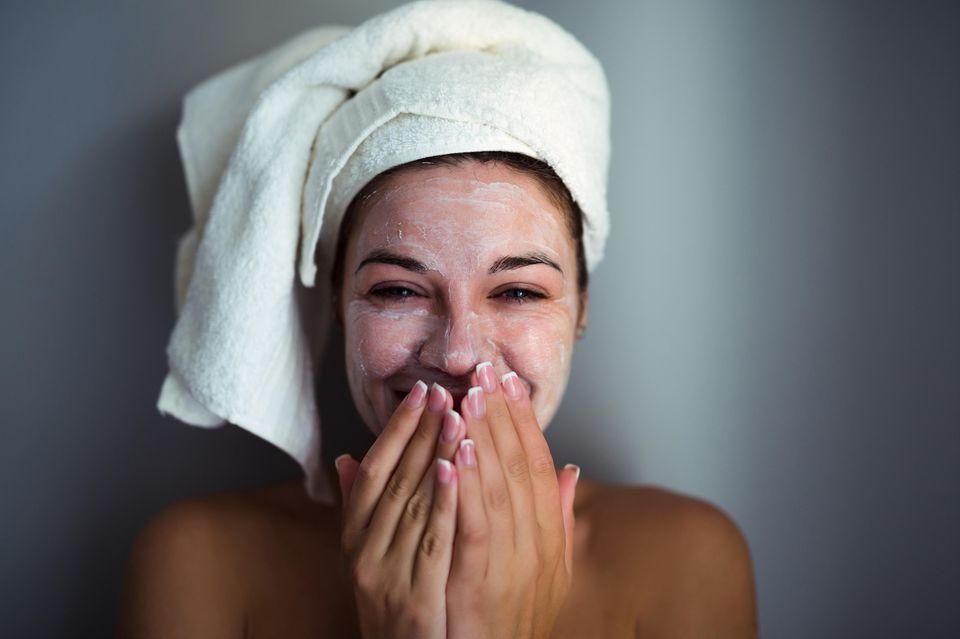 Dramatically Different Moisturizing Lotion von Clinique: Frau mit Creme im Gesicht