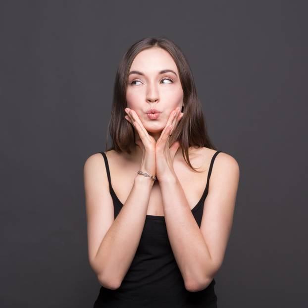 Doppelkinn wegbekommen: Frau Hände im Gesicht