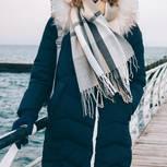 Winterjacke: Frau mit dunkelblauem Wintermantel