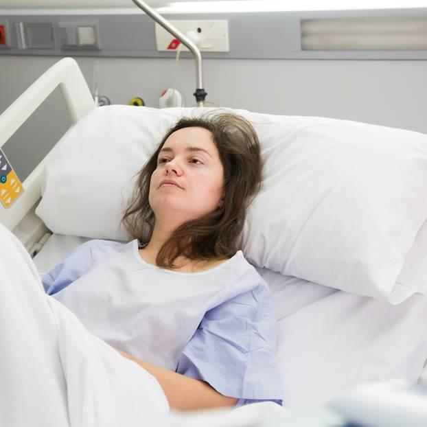 Chemo ja oder nein? Frau liegt in Krankenhaus Bett