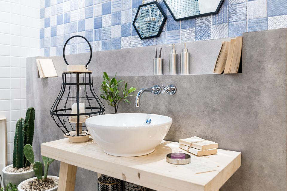 Badezimmer-Deko: Ideen zum Wohlfühlen: Waschbecken, daneben großer Kerzenhalter und Pflanzen