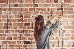 Deko-Ideen für Weihnachten 2018: Frau dekoriert