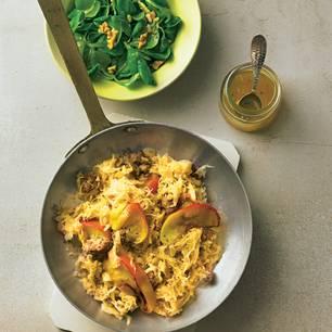 Mett-Sauerkraut-Pfanne mit Feldsalat