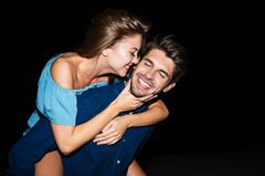 Was ist Freundschaft Plus?: Frau umarmt Mann