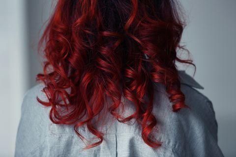 Mulled Wine Hair: Frau mit roten Haaren