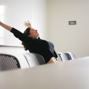 Flacher Bauch am Schreibtisch