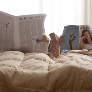 Gute Konflikte für eine Beziehung: Mann und Frau lesen im Bett