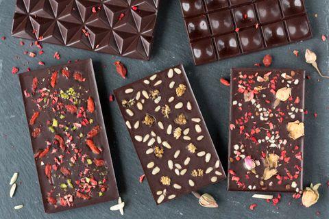 Schokolade selber machen – schnell und einfach: Mehrere Tafeln Schokolade auf einer dunklen Unterlage