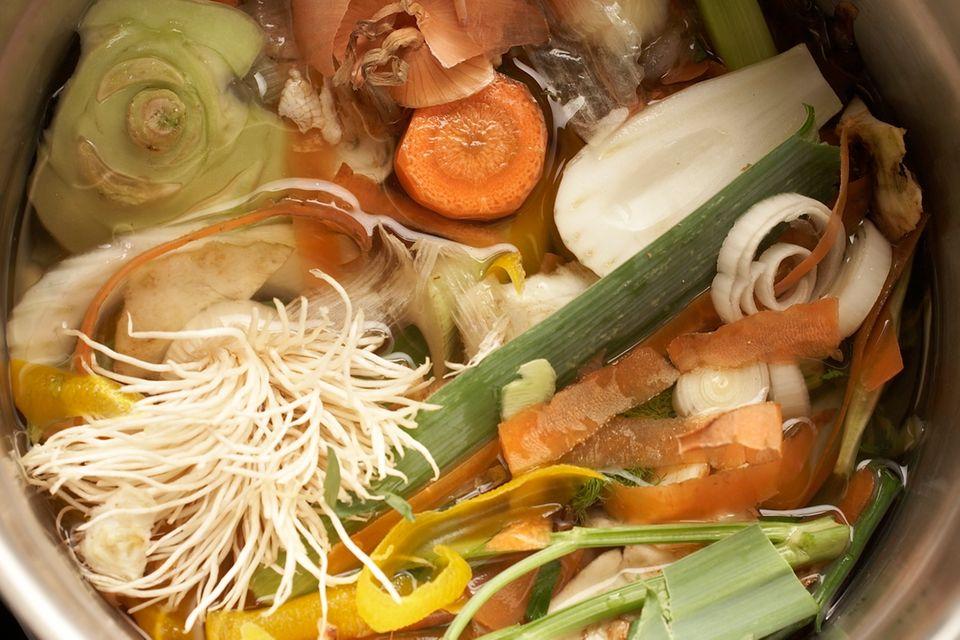 Gemüsebrühe im Topf