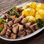 Kartoffeln mit Schweinefleisch und Hähnchenbrust aus dem Ofen