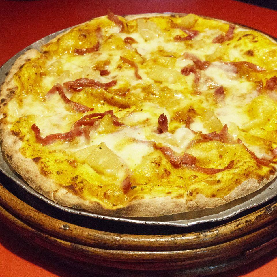 Hähnchen-Curry-Pizza mit Aprikosen und Lauch