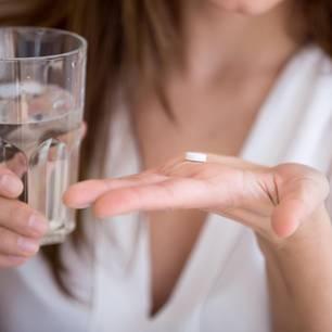 Tablette und Glas Wasser