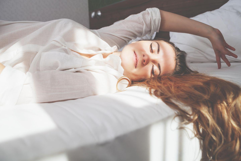 Schlank im Schlaf:  Schlafende junge Frau