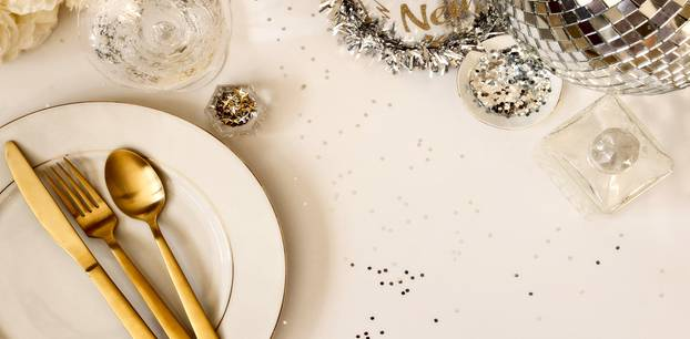 Silvesteressen: Festlich geschmückter Tisch