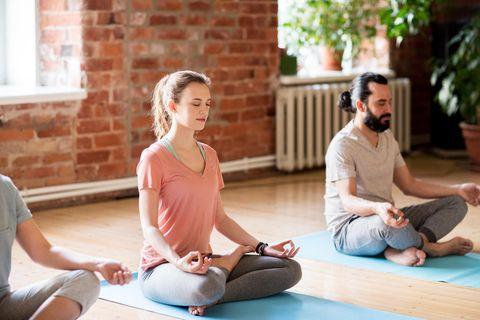Meditation lernen: Gruppe meditiert