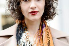Bob-Frisuren: Frau mit Curly Bob