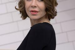 Bob-Frisuren: Frau mit kinnlangem Bob und glamourösen Wellen