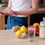 Metabolic Balance: Frau checkt Lebensmittel