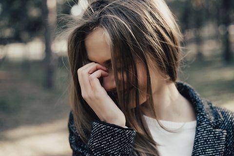 Mädchen schaut verlegen zur Seite