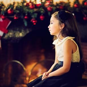Weihnachten mit Trennungskindern: Kleines Mädchen traurig vor Weihnachtsdeko