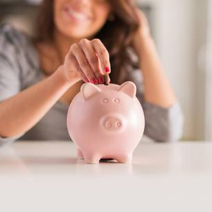 Tricks, um früher in Rente zu gehen: Frau wirft Münze in Sparschwein