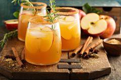 Winter-Cocktails auf dem Tisch