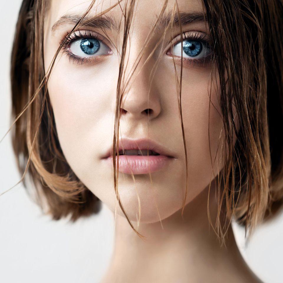 Apfelessig Haare: Frau mit kinnlangen, nassen Haaren