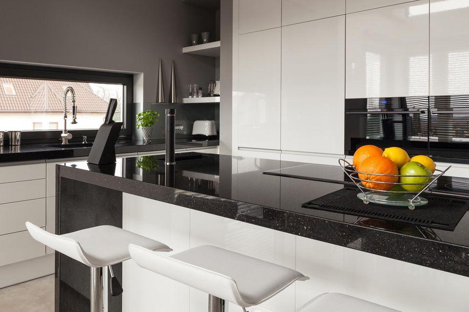 Wohnung teurer wirken lassen: Küche mit sauber-glänzenden Oberflächen