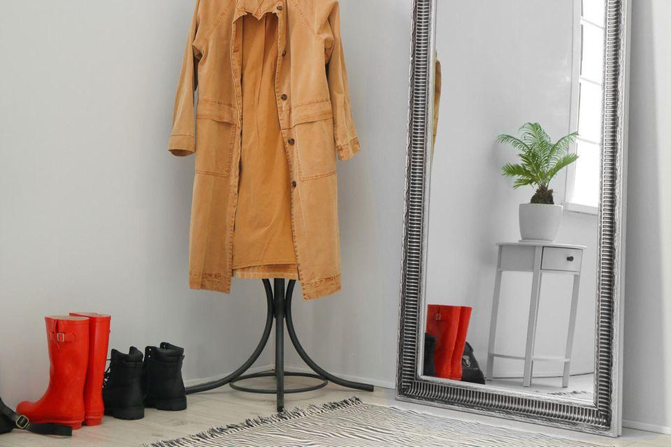 Wohnung teurer wirken lassen: großer Spiegel mit silbernem Rahmen an der Wand gelehnt