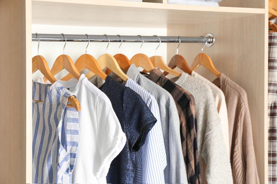 Wohnung teurer wirken lassen: Einheitliche Kleiderbügel, z.B. aus Holz