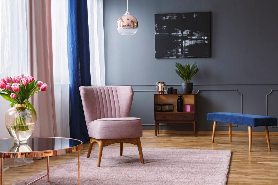 Wohnung teurer aussehen lassen: rosafarbener Stuhl oder blaue Sitzbank wirken edel