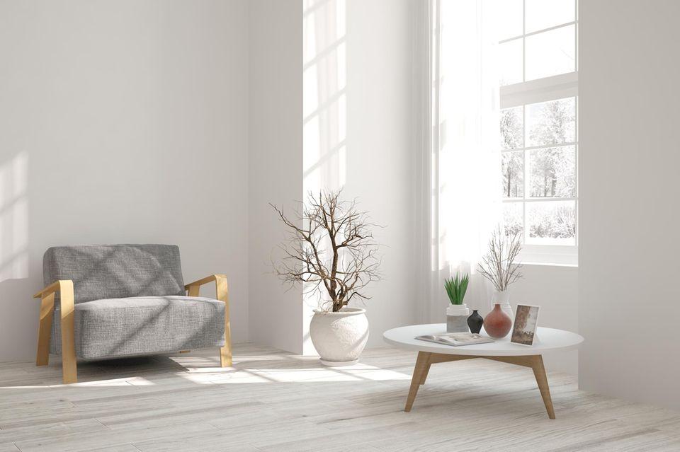 Wohnung teurer wirken lassen: Sessel, Couchtisch und Pflanze reichen aus