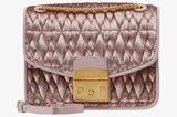 Sucht ihr noch ein Weihnachtsgeschenk an euch selbst? Über diese super elegante Tasche von Furla würde sich doch jede von uns freuen, wetten?!  Die Furla Cometa Body Umhängetasche ist für etwa 350 Euro bei Zalando erhältlich.