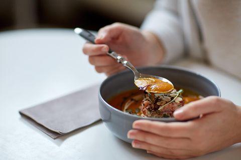 Schonkost: Frau isst Brühe