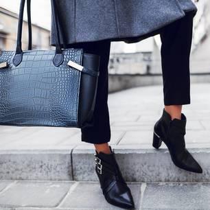 5 Looks, die wir im Dezember nachstylen: Frau mit Ankle Boots und Handtasche