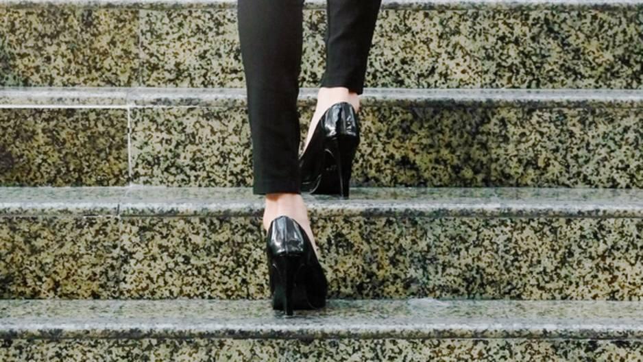 5 Tipps gegen quietschende Schuhe: Frau geht Treppe hoch