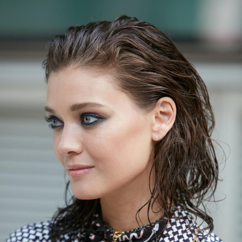 Glamour-Frisuren: Frau mit zurückgegeltem Bob