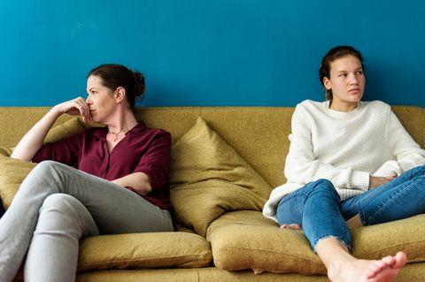 Generation Bumerang: Mutter und erwachsene Tochter sitzen schweigend auf der Couch