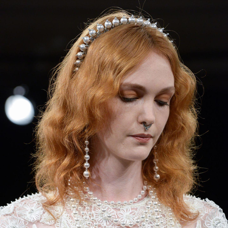Glamourfrisuren: Wellen mit Haarreif
