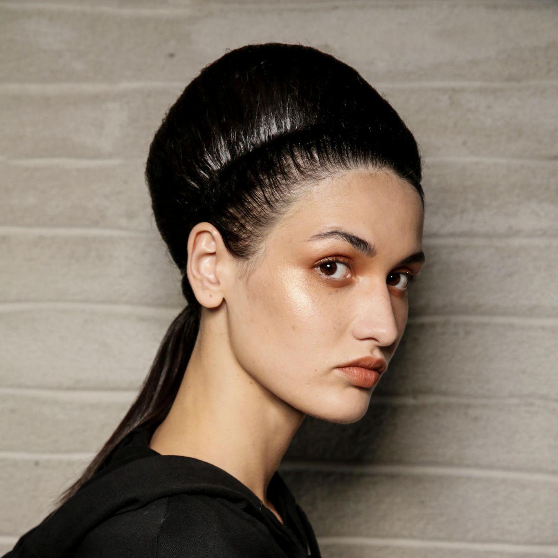 Glamour-Frisuren: Voluminöser Updo mit Haarband