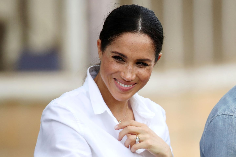 5 Geschenkideen, die wir uns von Meghan Markle abgeschaut haben: Meghan Markle in einer weißen Bluse
