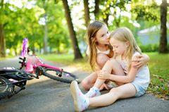 So erziehst du dein Kind zu einem guten Menschen: Mädchen tröstet Schwester