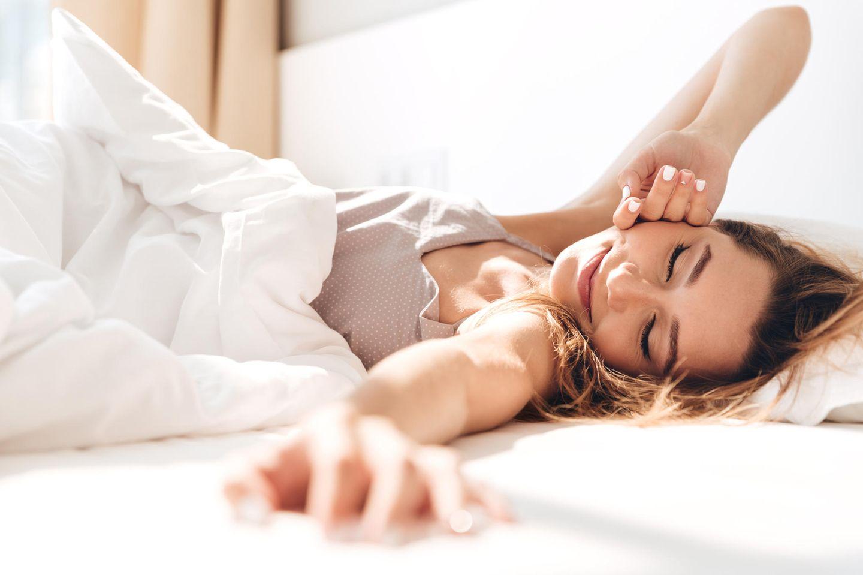 Durchschlafen: Frau wacht auf