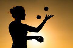 Life Kinetik: Frau jongliert